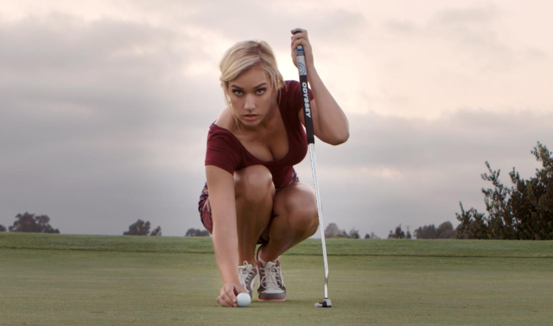 Íme a világ legszemrevalóbb golfoktatója, akivel szívesen gyakorolnád a lyukra gurítást