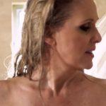 A férjnek videócseten volt megbeszélése, amikor a háttérben kilépett a felesége a zuhanyból